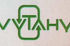 Gravírované logo.